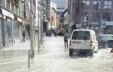Inundació i tall d'aigua a la capital per un tub foradat