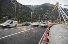 Ferit en estat crític un motorista a la capital