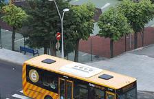 Un xoc entre un autobus i un cotxe deixa una noia ferida