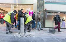 Retiren mobiliari urbà de l'avinguda Carlemany