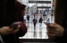 Jover descarta per ara la prohibició dels mòbils