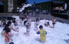 Els infants es refresquen en una piscina d'escuma
