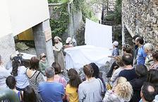 Unes 150 persones veuen l'obra 'Turistes i banyistes'
