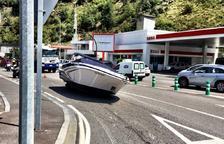Un cotxe perd el iot  que transportava al mig de la carretera