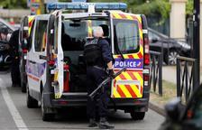 Dos morts i un ferit greu en un atac amb ganivet a prop de París