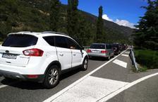 Cues de vuit quilòmetres per entrar  al país per la frontera hispanoandorrana