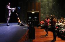 Uns 150 infants segueixen l'assaig d'una òpera al Claror