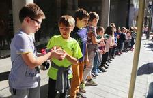Quatre-cents escolars lauredians participen en una cadena d'aliments solidària