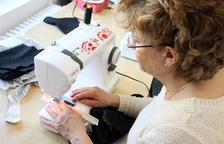 Una desena de dones, al taller de costura d'Ordino