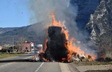 Un camió s'incendia a la C-14