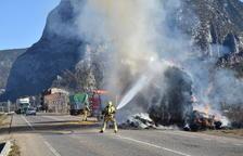 Un camió s'incendia a la C-14, a Coll de Nargó