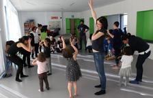 Un taller infantil de dansa representa, un dia d'esquí