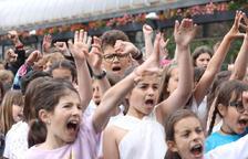 Una setantena d'infants canten 'Bella Ciao'