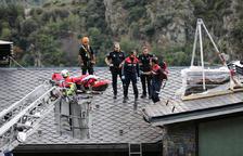 Un home queda atrapat en una teulada als Vilars