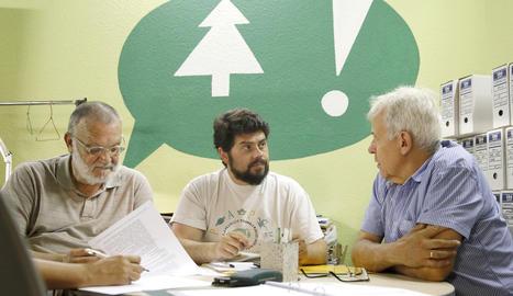Carles Iriarte, al centre de la imatge, en un moment de l'assemblea d'ahir.