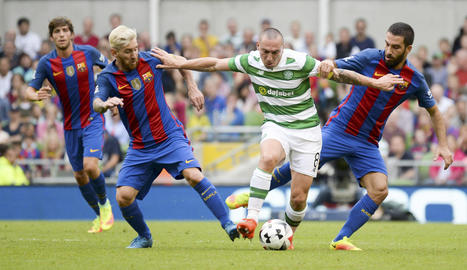 Messi i Arda Turan presionen Scott Brown.