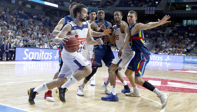 Sergi Llull intenta superar la defensa del MoraBanc Andorra.