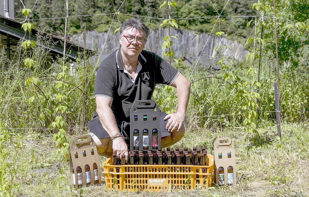 Toni Medina té set varietats dAlpha al mercat que elabora a Arinsal